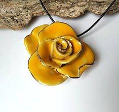 Náhrdelníky - Keramický šperk - Žltá ruža - 11154571_