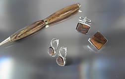 pero z orechového dreva...
