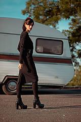 Šaty - FNDLK úpletové šaty 426 RVL midi s rozparkem - 11156983_
