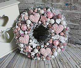 Dekorácie - Zimný venček ružovo-biely s perníčkami - 11160135_
