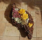 Dekorácie - Dušičková dekorácia s kvetinkami z včelieho vosku - Slza - 11158007_