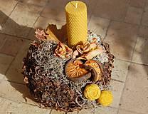 Dekorácie - Dušičková dekorácia s kvetinkami z včelieho vosku - guľa so sviečkou - 11158080_