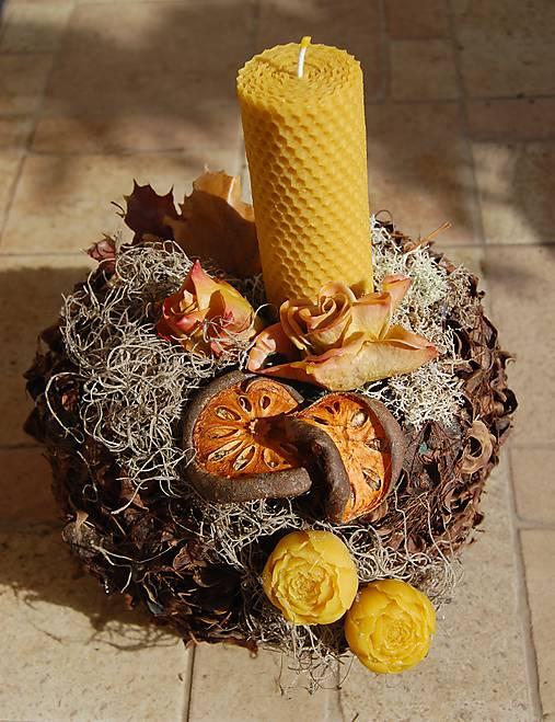 Dušičková dekorácia s kvetinkami z včelieho vosku - guľa so sviečkou