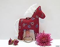 Drobnosti - Prívesok na kľúče - bordový folk koník - 11157371_