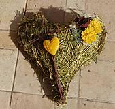 Dekorácie - Dušičková dekorácia s kvetinkami z včelieho vosku - srdiečko so sena - 11162549_