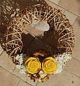 Dekorácie - Dušičková dekorácia s kvetinkami z včelieho vosku - venček - 11162572_