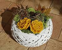 Dekorácie - Dušičková dekorácia s kvetinkami z včelieho vosku - 11162580_