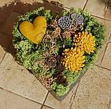 Dekorácie - Dušičková dekorácia s kvetinkami z včelieho vosku - srdce - 11162633_