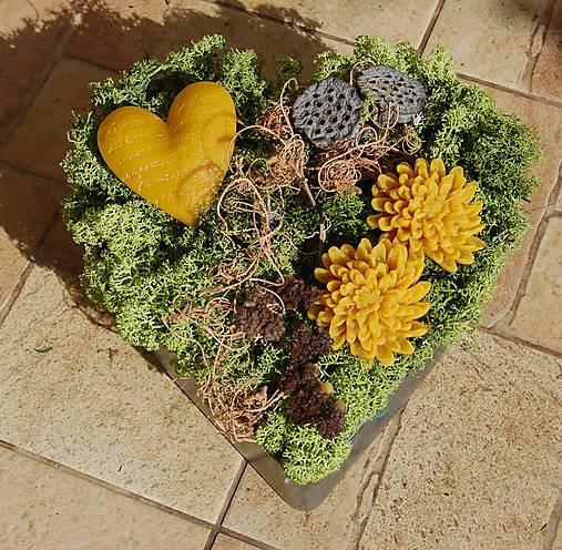 Dušičková dekorácia s kvetinkami z včelieho vosku - srdce
