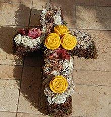 Dekorácie - Dušičková dekorácia s kvetinkami z včelieho vosku - kríž - 11162521_