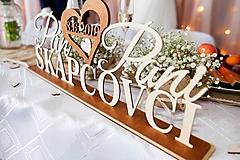 Svadobné mená na podstavci