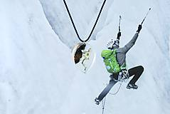 Náhrdelníky - Horolezec- Drevený náhrdelník pre lezcov v tvare slzy - 11162306_