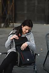 Batohy - Kožený batoh černý s červeným řemínkem - 11168570_