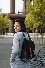 Batohy - Kožený batoh černý s červeným řemínkem - 11168571_