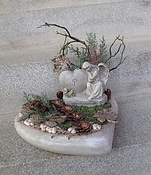 Dekorácie - spomienková dekorácia v betónovom srdci s anjelom - 11172293_