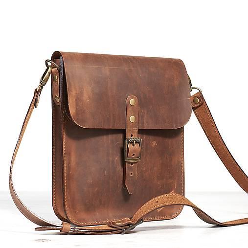 Malá hnedá kožená kabelka cez rameno.