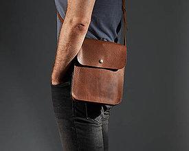 Kabelky - Malá hnedá kožená kabelka cez rameno. - 11170917_