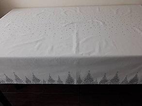 Úžitkový textil - Vianočný obrus - Strieborné stromčeky na smotanovom podklade - 11175084_