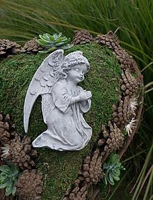 Dekorácie - Machovo-prútené srdce s anjelom na dušičky - 11176961_
