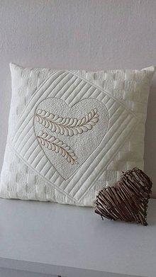 Úžitkový textil - Vankúš so srdiečkom-smotanový - 11173725_