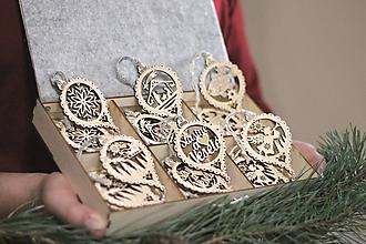 Dekorácie - Vianočné drevené ozdoby v krabičke - Strieborné s rolničkami 24 ks - 11176188_