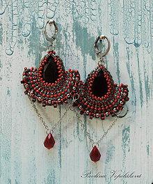 Náušnice - Visiace náušnice s brúseným skleneným kameňom Alexandra čiernočervené - 11176208_