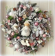 Dekorácie - Zasnežený vianočný veniec ružovobiely - 11179306_