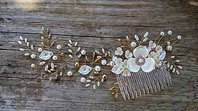Ozdoby do vlasov - svadobný hrebienok do vlasov - bielo zlatý - 11178029_