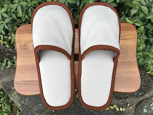 Béžové papuče s hnedým lemom