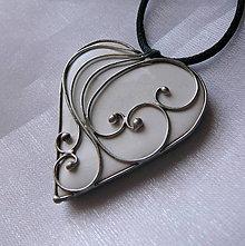 Náhrdelníky - Srdiečko z lásky - biele - 11179639_