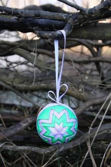 Dekorácie - Vianočná guľa - fialovo/zelená - 11178170_