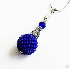 Náhrdelníky - Kráľovsky modrý prívesok s obšívanou korálkou - 11184602_