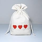 Úžitkový textil - Bavlnené vrecúško vyšívané srdiečka - 11181518_