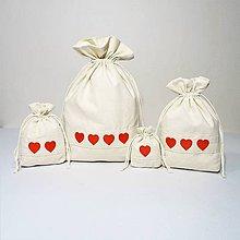 Úžitkový textil - Bavlnené vrecúško vyšívané srdiečka - 11181504_