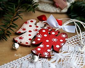 Dekorácie - Anjel cinkavý, červený, vianočná ozdoba - 11188700_