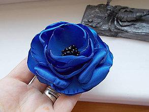 Odznaky/Brošne - kvet v kráľovskej modrej - 11186273_