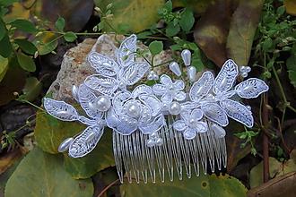 Ozdoby do vlasov - snehobiely svadobný hrebienok - biele  perly - 11191781_