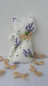 Dekorácie - Levanduľová mačička s darčekom - 11189785_