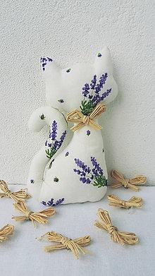 Dekorácie - Levanduľová mačička s darčekom - 11192351_