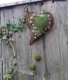 Dekorácie - Závesné machovo-prútené srdce s machovými guľkami - 11193851_