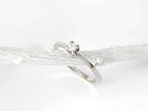 Prstene - 925/1000 strieborný zásnubný prsteň s diamantom 3mm, E,SI1 - 11194546_