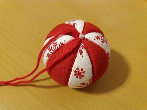 Dekorácie - vianočná guľa červeno-biela s vločkami - 11194947_