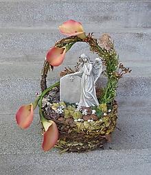 Dekorácie - spomienková dekorácia s anjelom v košíku s kalami - 11198887_