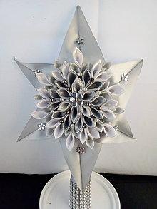 Dekorácie - Vianočná hviezda na stromček šedo bielo strieborné-špic - 11196831_