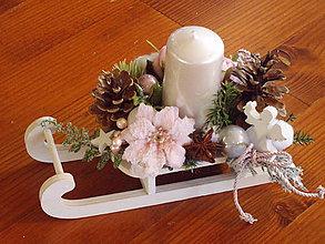 Dekorácie - Ružovo - biele drevené sánky so šiškou a sviečkou 25cm - 11195677_