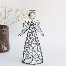 Socha - anjelka- svietnik (anjel s drevenými korálikmi) - 11199655_