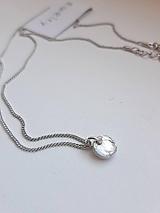 Náhrdelníky - Strieborná retiazka s medailónom - 11202372_
