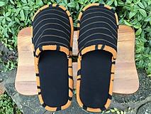 Obuv - Čierne papuče s pásikom a oranžovým lemom - 11199558_