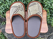 Veľké šedé papuče s hnedým lemom