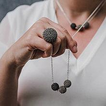 Prstene - BUTTON {M} šedý elegantný prsteň - 11201855_